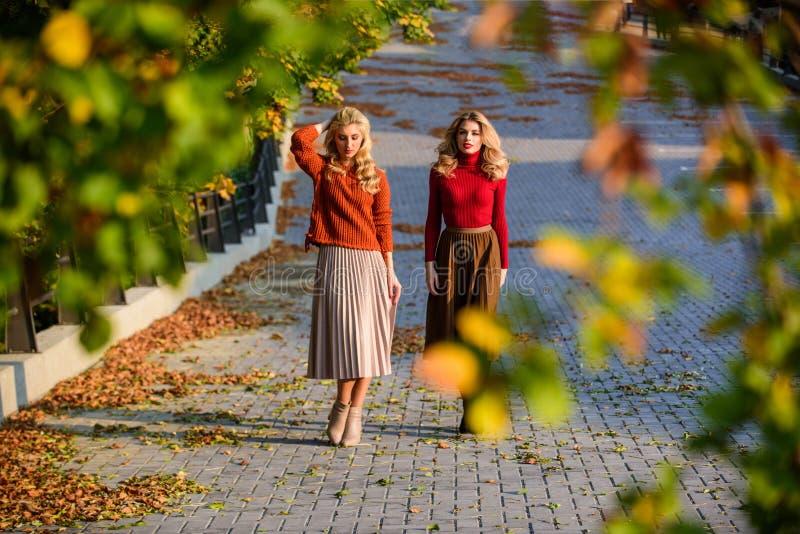 Moda spadania Szanowne panie cieszą się słonecznym jesiennym dniem Modne ubrania Feminizm i kruchość Kobiety idące obrazy royalty free