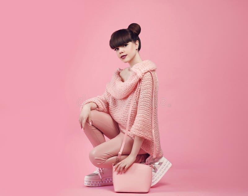 Moda stroju styl Młoda elegancka nastoletnia mienie kiesa w bucie s obraz royalty free