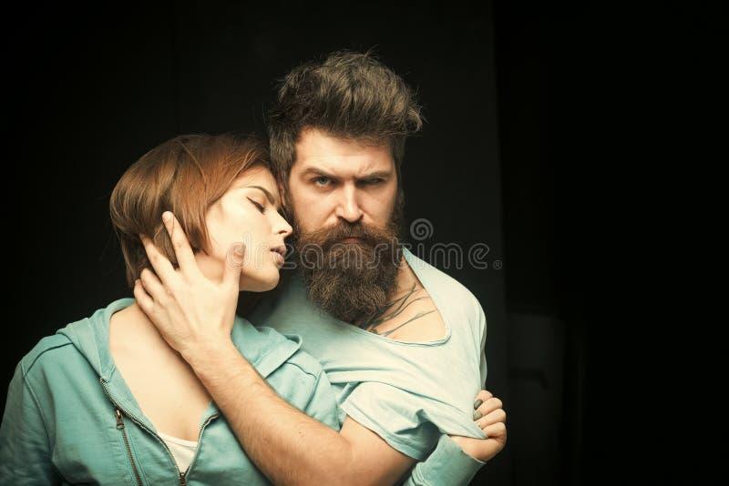 Moda strzał para po ostrzyżenia Fryzury pojęcie Mężczyzna z elegancką brodą, wąsy i dziewczyna z świeżym ostrzyżeniem obraz royalty free