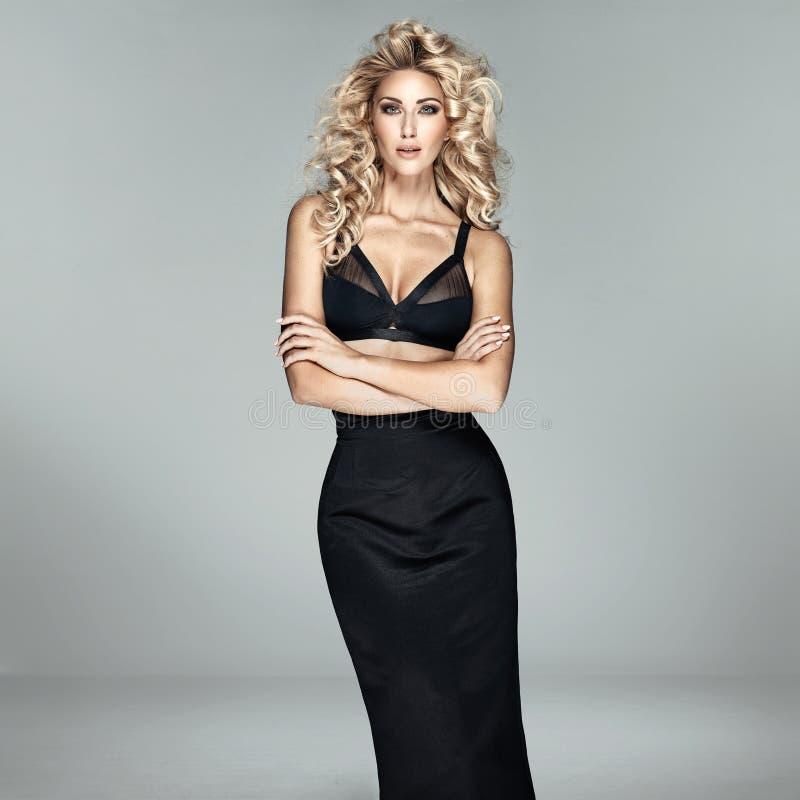 Moda strzelająca piękna blond kobieta zdjęcie stock