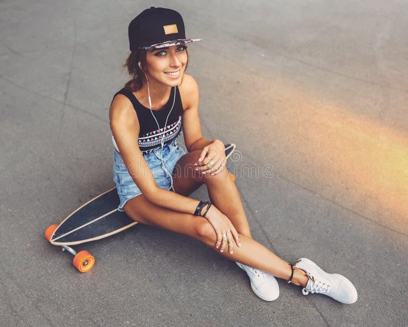 Moda styl życia, piękna młoda kobieta z longboard obrazy royalty free