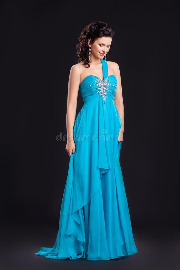 Moda styl. Kobieta w klasyczny smokingowy target647_0_ zdjęcie royalty free