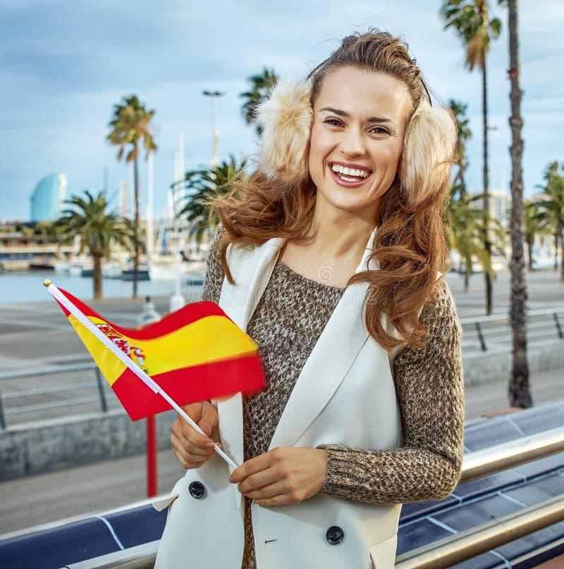 Moda-tratante en el terraplén en Barcelona con la bandera española imagenes de archivo