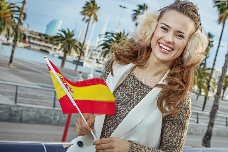 Moda-tratante en el terraplén en Barcelona con la bandera española fotos de archivo libres de regalías