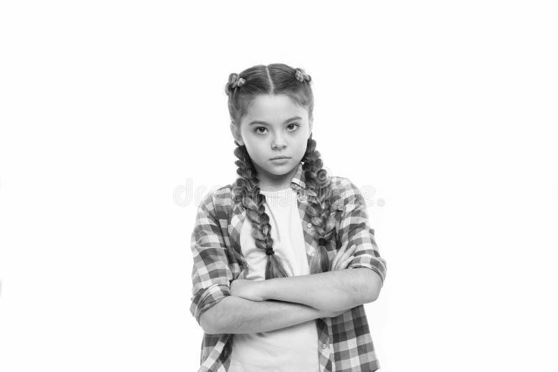 Moda trend Dziewczyna pewnie krzy?owa? r?ki na klatki piersiowej dziecka ma?ej dziewczynki kolorowych warkoczy modnej fryzurze od zdjęcia royalty free