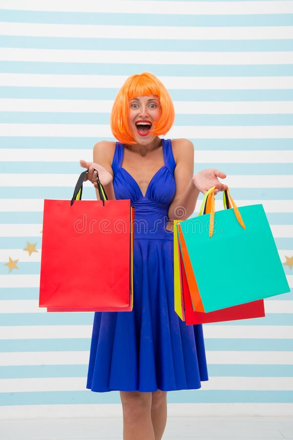 Moda Ventas negras de viernes La mujer feliz va a hacer compras Compras felices en línea Buenas fiestas Muchacha loca con compras imágenes de archivo libres de regalías