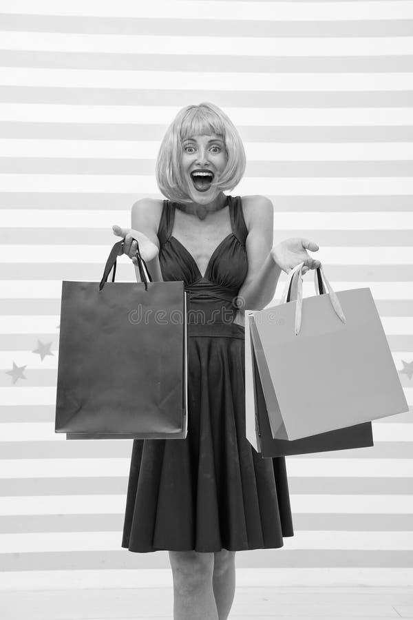 Moda Ventas negras de viernes La mujer feliz va a hacer compras Compras felices en l?nea Buenas fiestas Muchacha loca con compras foto de archivo libre de regalías