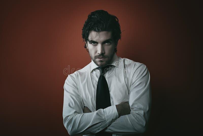 Moda wampira mężczyzna portret z ciemnymi brzmieniami obrazy royalty free