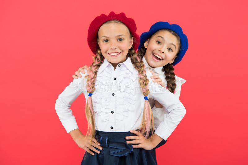 Moda wykazuje tendencję dziewczyn potrzeby dla z powrotem każdy szkoła Szczęśliwi szkoła dzieciaki z mody spojrzeniem na różowym  obraz royalty free
