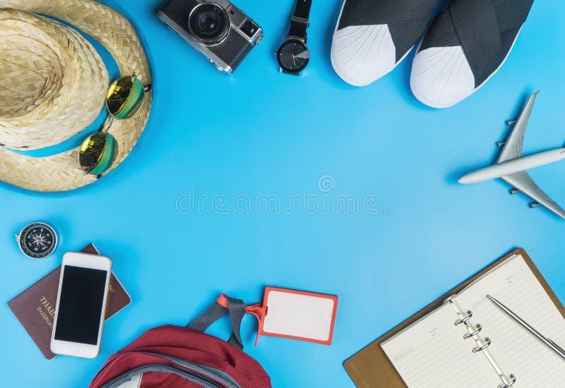 Moda y accesorios del viaje en azul foto de archivo