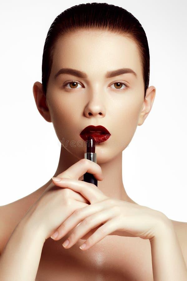 Moda y belleza Mujer joven hermosa con el lápiz labial del vino imágenes de archivo libres de regalías