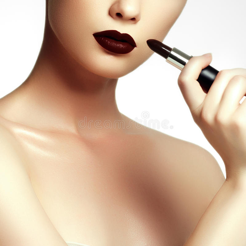 Moda y belleza Mujer joven hermosa con el lápiz labial del vino fotografía de archivo