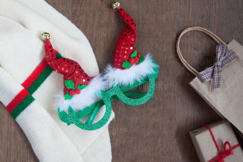Moda y traje de la Navidad con cajas actuales o de regalo en fondo de madera fotos de archivo libres de regalías