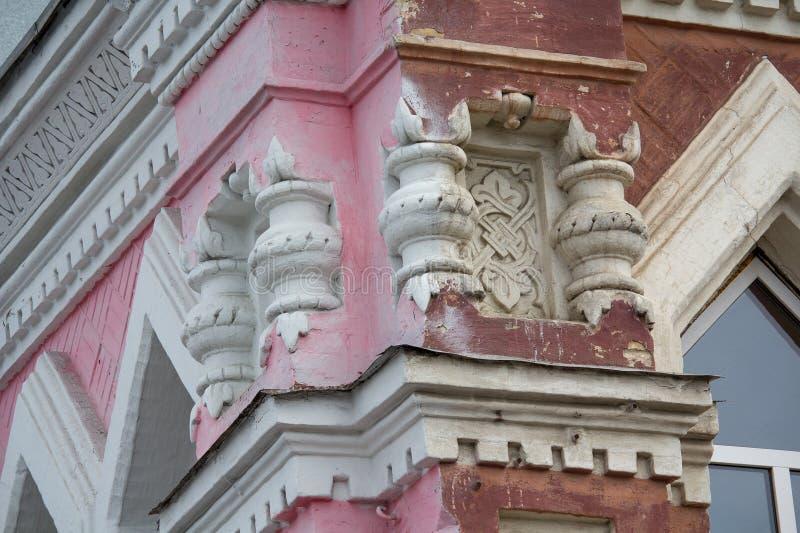 Modanatura dello stucco nel retro stile sulla facciata della costruzione fotografie stock libere da diritti
