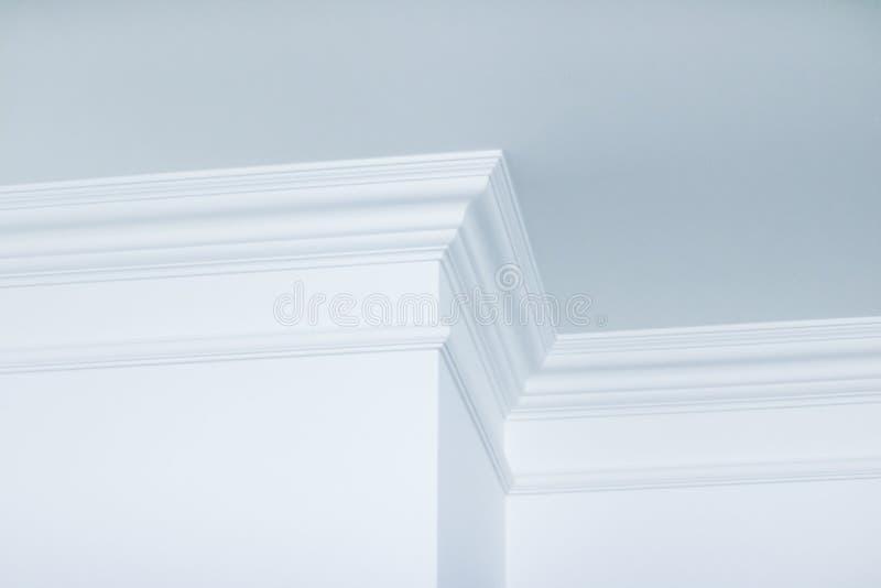 Modanatura sul dettaglio del soffitto, sull'interior design e sul fondo astratto architettonico fotografia stock