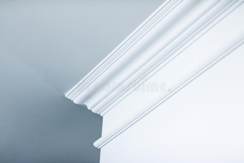 Modanatura sul dettaglio del soffitto, sull'interior design e sul fondo astratto architettonico fotografie stock libere da diritti