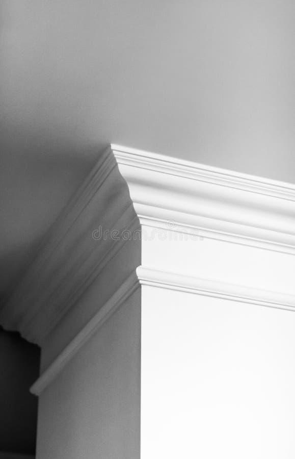 Modanatura sul dettaglio del soffitto, sull'interior design e sul fondo astratto architettonico fotografia stock libera da diritti