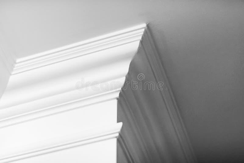 Modanatura sul dettaglio del soffitto, sull'interior design e sul fondo astratto architettonico fotografie stock