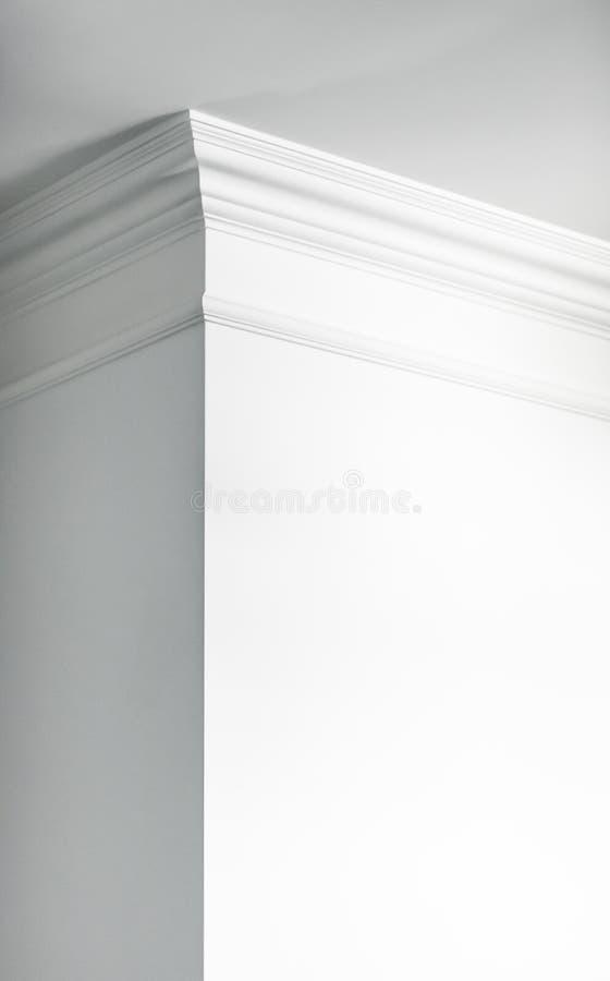 Modanatura sul dettaglio del soffitto, sull'interior design e sul fondo astratto architettonico immagine stock
