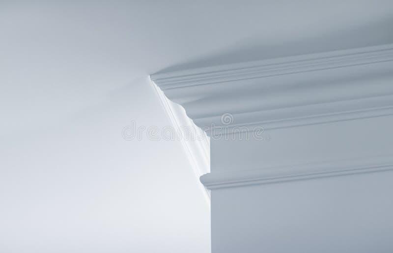 Modanatura sul dettaglio del soffitto, sull'interior design e sul fondo astratto architettonico immagini stock