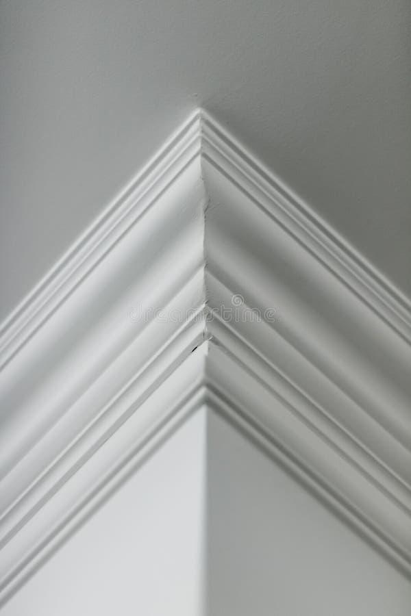 Modanatura sul dettaglio del soffitto, sull'interior design e sul fondo astratto architettonico immagini stock libere da diritti