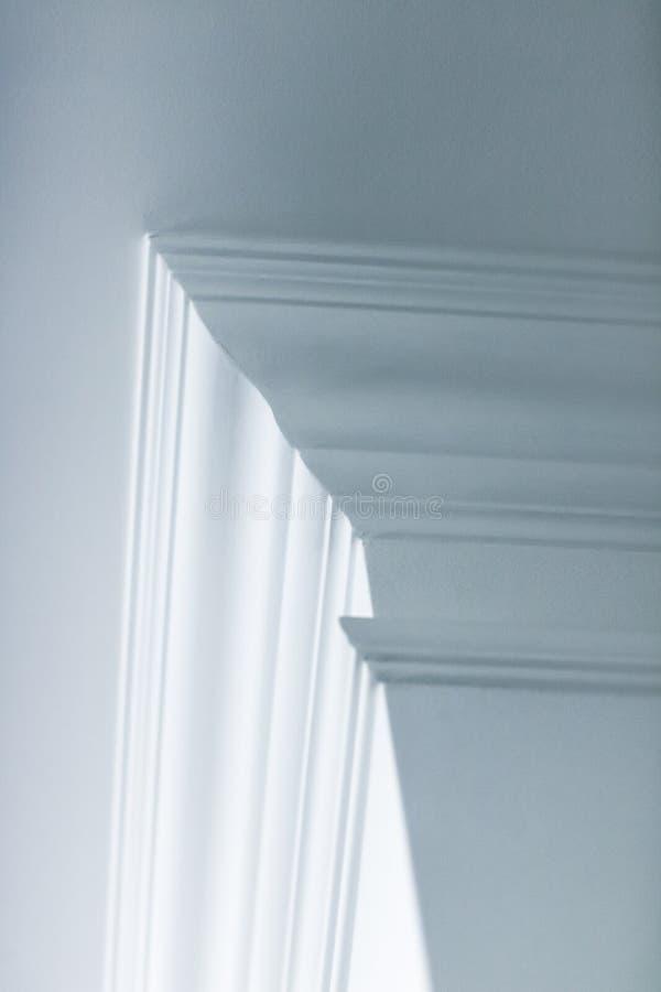 Modanatura sul dettaglio del soffitto, sull'interior design e sul fondo astratto architettonico immagine stock libera da diritti
