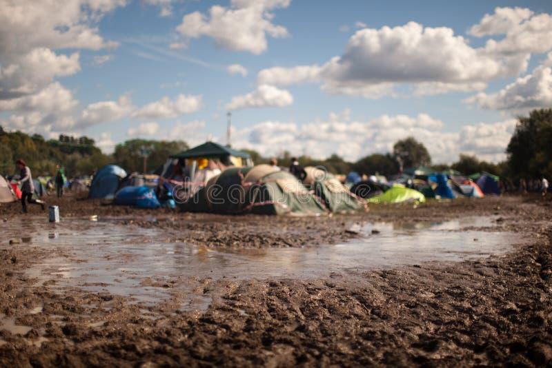 Modderig het kamperen gebied bij festival royalty-vrije stock foto's