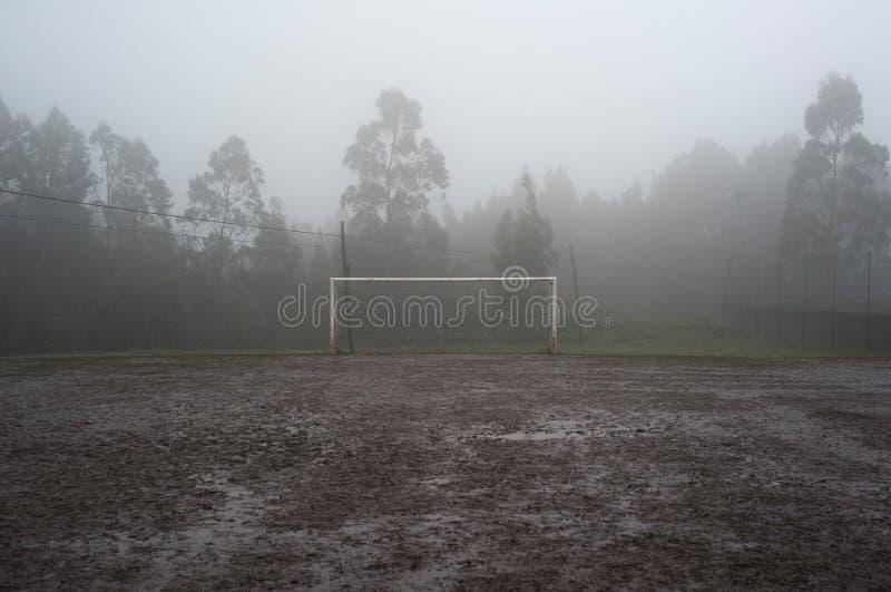 Modderig voetbalgebied stock afbeeldingen