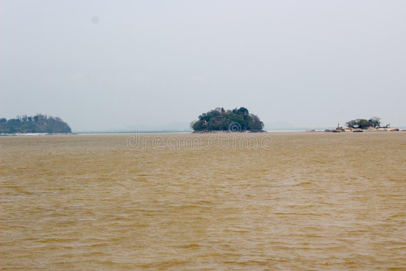 Modderig water in rivier toe te schrijven aan de rivier van vloedbrahmaputra, Guwahati royalty-vrije stock foto's