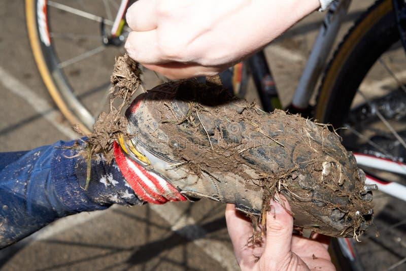 Modderige fietsschoen na cirkelen het in het hele land royalty-vrije stock afbeelding
