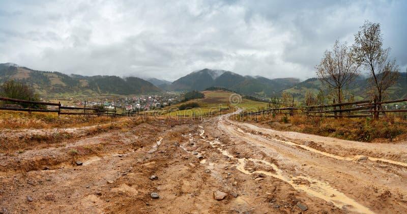 Modderige grond na regen in bergen Extreem weg landelijk vuil ro stock afbeelding