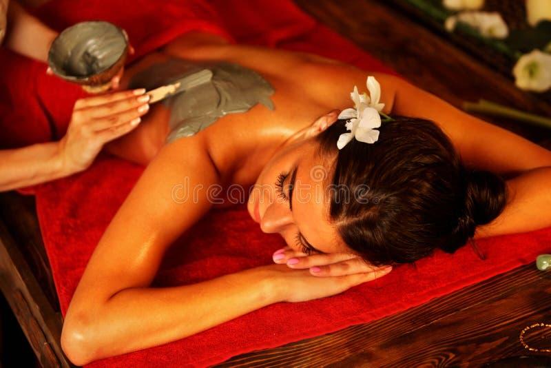Moddermasker van vrouw in kuuroordsalon Achter Massage stock afbeelding