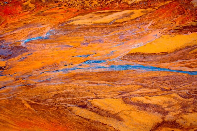 Modderstroomklei - schuur, neer stromend van de bergen met water na zware regens, natuurverschijnselen en rampen Rots stock afbeeldingen
