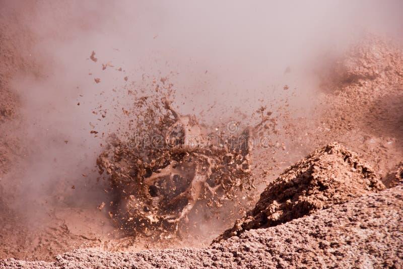 Moddervulkaan die hete modder morsen royalty-vrije stock foto's