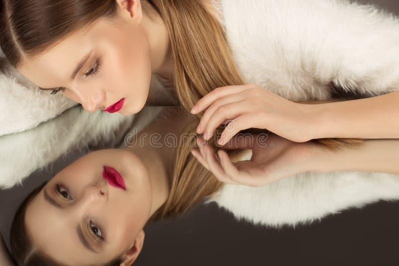 Mode élevée portrait de belle fille sexy de brune avec le maquillage lumineux images libres de droits