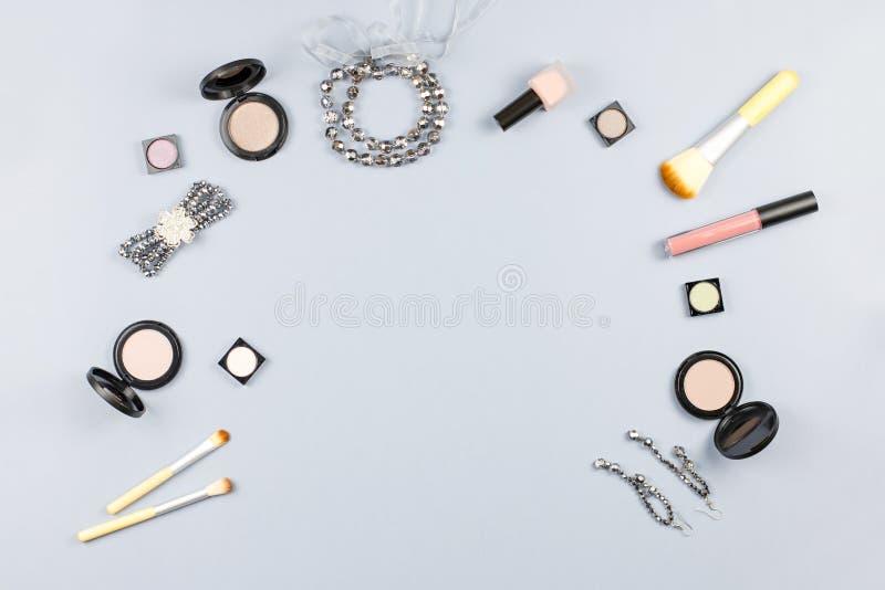 Mode-Accessoires, kosmetische Produkte, Schmuck und Handtasche auf Pastellhintergrund Schönheit und Modekonzept, flache Lage lizenzfreie stockfotografie