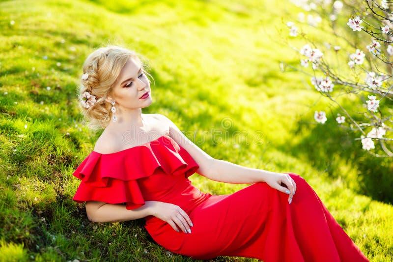 Mode Art Beauty Portrait Schönes Mädchen im Fantasie-mystischen und magischen Frühlings-Garten Vorbildliches Woman, das langes Ro stockfoto