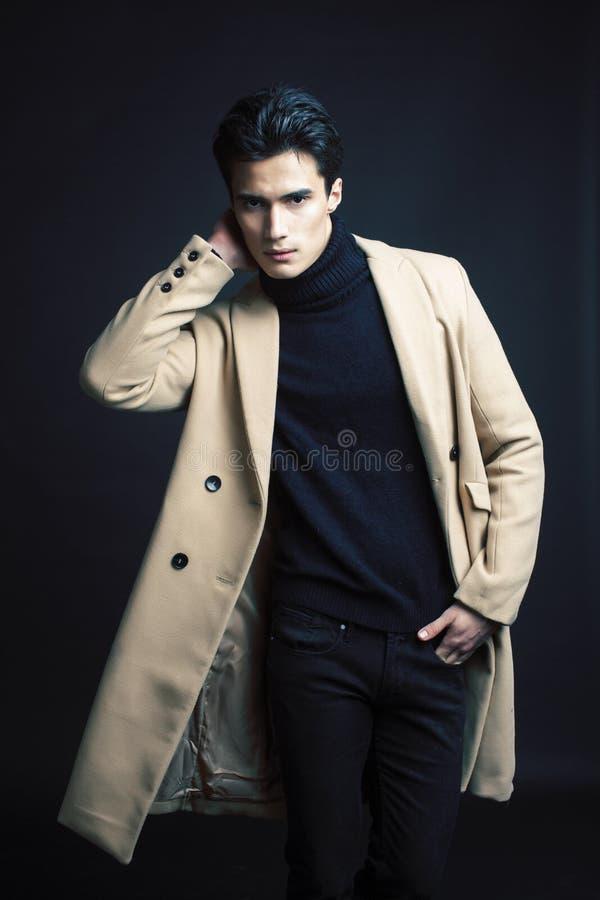 Mode asiatique belle regardant l'homme posant dans le studio sur le fond noir, fin moderne de concept de personnes de mode de vie photo stock