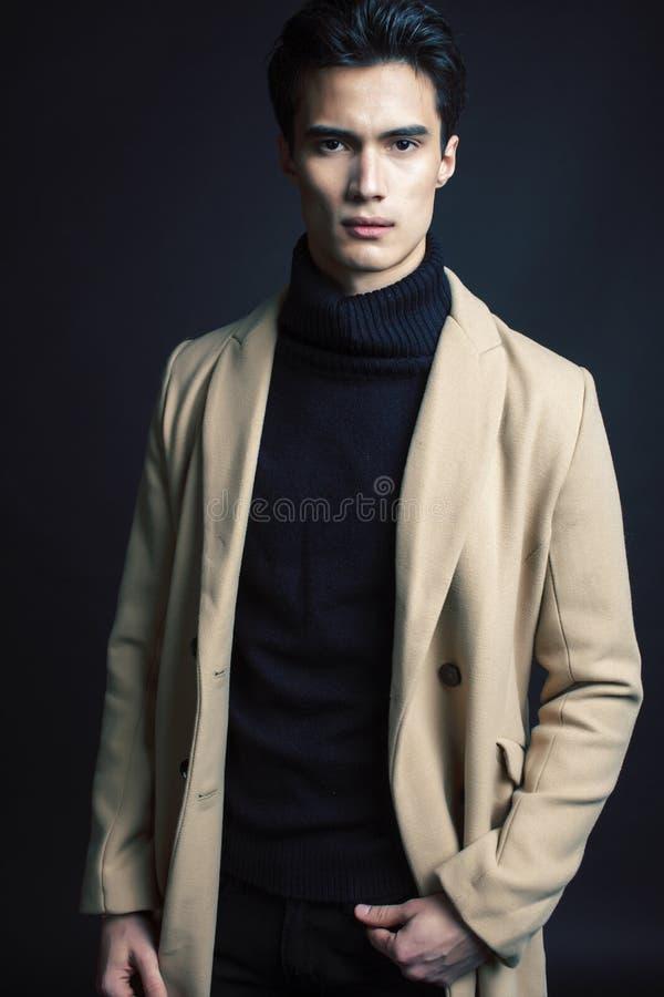 Mode asiatique belle regardant l'homme posant dans le studio sur le fond noir, fin moderne de concept de personnes de mode de vie photos libres de droits
