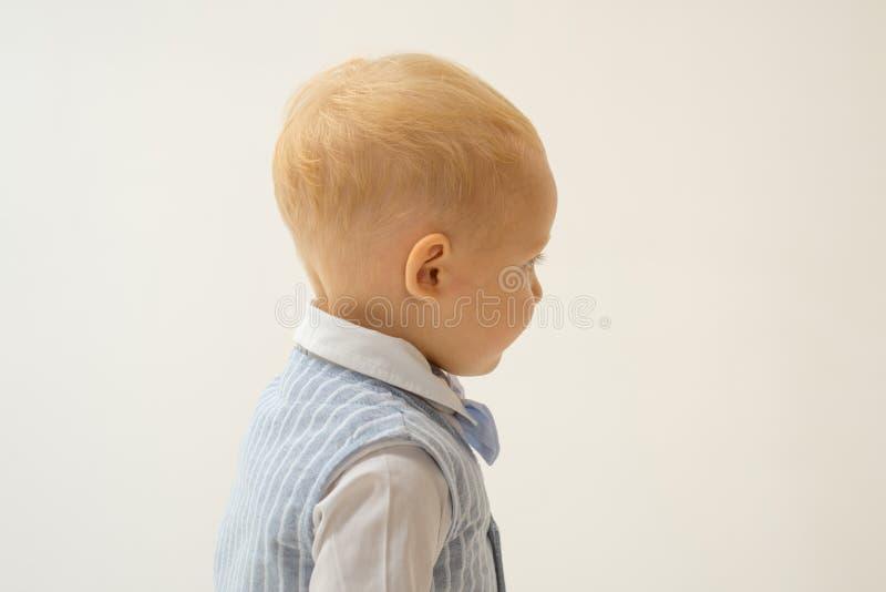 Mode-Aussage Entzückendes fashionist kleines Kind Jungenkind mit Modeblick Kleines Baby in der modernen Abnutzung stockfoto