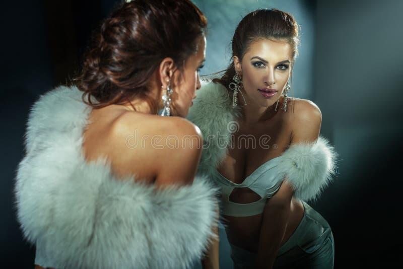Mode Brunette-Frauenaufstellung. lizenzfreie stockbilder