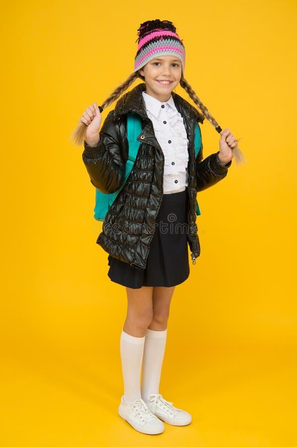 Mode-concept Warmkleding Kleding kopen voor schoolseizoen Schoolgirl Najaarswinter Kind met stock fotografie