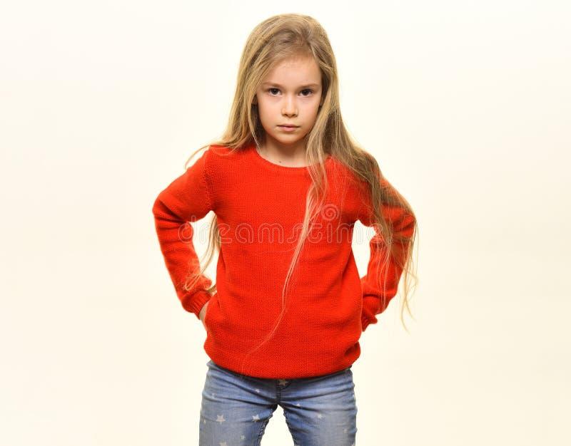mode d'enfant Enfant élégant mode d'enfant pour la princesse assez petite mode d'enfant pour la fille avec de longs cheveux mode  images stock