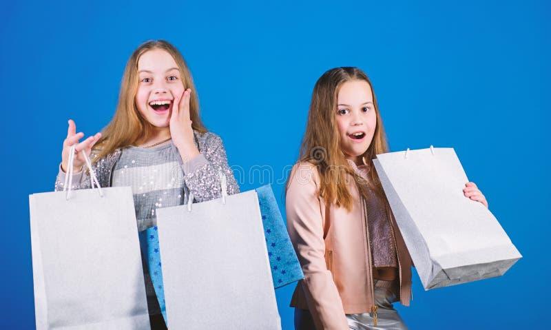 mode d'enfant Fond pour une carte d'invitation ou une f?licitation Ventes et remises Petites filles avec des sacs ? provisions En photographie stock