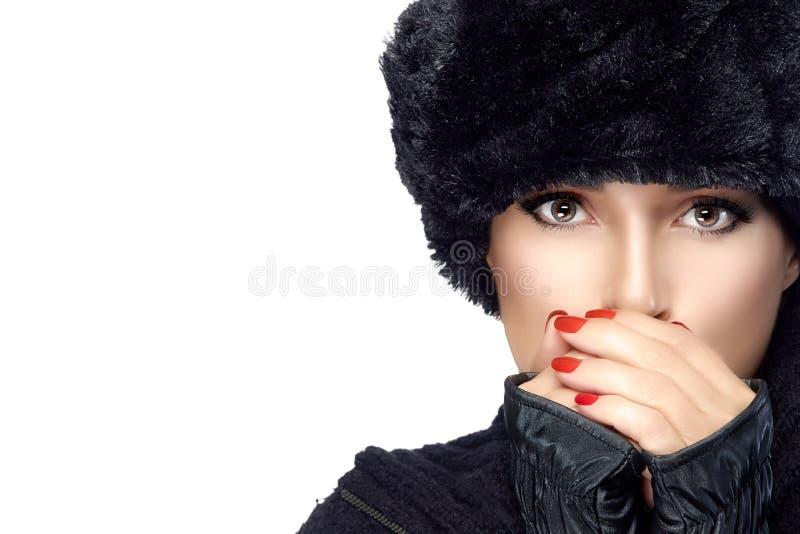Mode de beauté d'hiver Giirl dans des vêtements chauds d'isolement sur le blanc photographie stock libre de droits