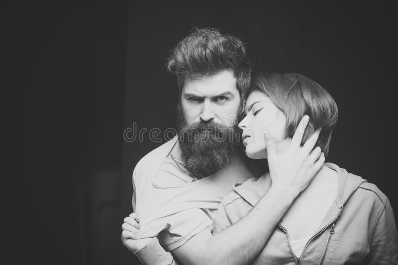 Mode de convoitise tirée des couples après coupe de cheveux Concept de coiffure Homme avec la barbe et la moustache et la fille é photographie stock