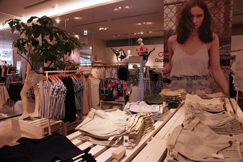 Mode de femmes de magasin d'habillement image libre de droits