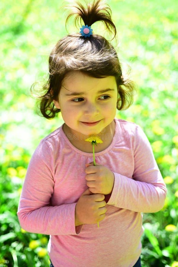 Mode de fille d'été Enfance heureux printemps visage et soins de la peau de prévisions météorologiques Allergie aux fleurs Petit  photos stock