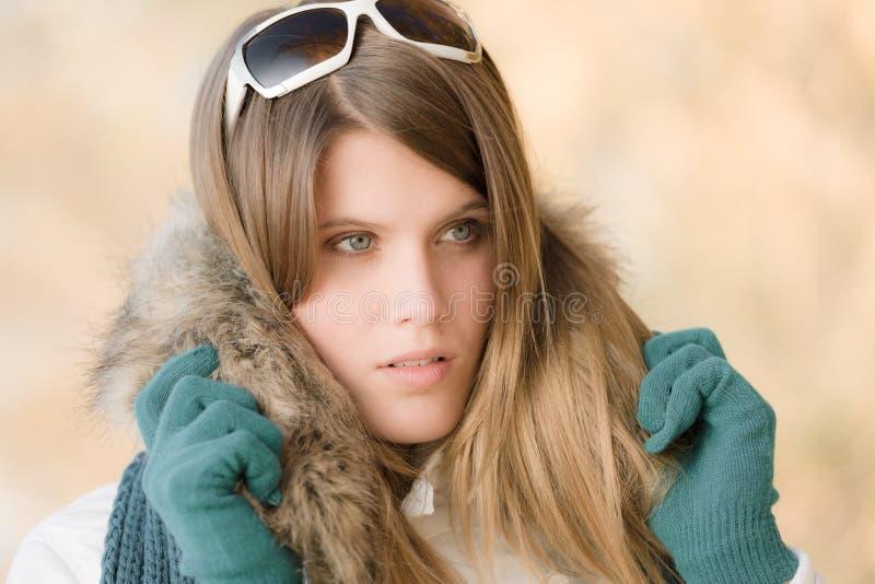 Mode de l'hiver - femme avec des lunettes de soleil photographie stock