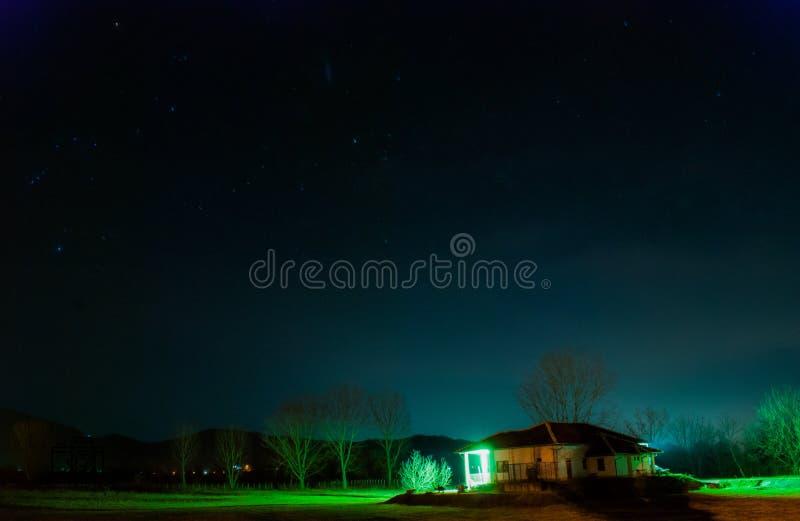 Mode de nuit avec le ciel et les étoiles de beauté photographie stock libre de droits